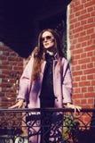 Porträt des tragenden Mantels des jungen Mädchens draußen stockfoto