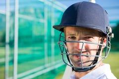 Porträt des tragenden Sturzhelms des Kricketspielers Stockfotografie