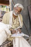 Porträt des tragenden Trachtenkleidbesuchs Rajasthani-Mannes zur heiligen Stadt Pushkar, Rajasthan, Indien, Abschluss oben lizenzfreies stockfoto