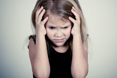 Porträt des traurigen blonden kleinen Mädchens Lizenzfreies Stockbild