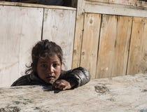 Porträt des traurigen jugendlich Mädchensitzens Stockfotos