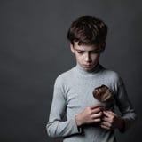 Porträt des traurigen Jugendlichen auf grauem Hintergrund, Lizenzfreie Stockfotos