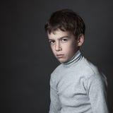 Porträt des traurigen Jugendlichen auf grauem Hintergrund, Lizenzfreie Stockfotografie