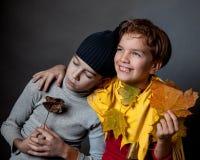 Porträt des traurigen Jungen und des netten Kindes, Lizenzfreie Stockfotografie