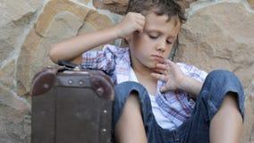 Porträt des traurigen kleinen Jungen draußen zur Tageszeit stock video footage