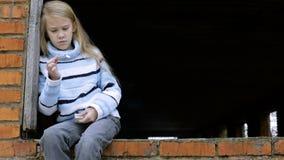 Porträt des traurigen kleinen Mädchens stock footage