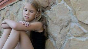 Porträt des traurigen kleinen Mädchens draußen zur Tageszeit stock footage
