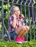 Porträt des traurigen Mädchens im Sommer Lizenzfreie Stockfotos