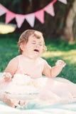 Porträt des traurigen schreienden kaukasischen Babys des netten lustigen Umkippens im rosa Ballettröckchenkleid ihren ersten Gebu Lizenzfreie Stockfotos