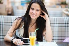 Porträt des trinkenden Kaffees der schönen lateinischen Frau Lizenzfreie Stockfotos