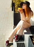 Porträt des trinkenden Kaffees oder des Tees der jungen Schönheit im Freien Lizenzfreie Stockfotografie