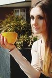 Porträt des trinkenden Kaffees oder des Tees der jungen Schönheit im Freien Lizenzfreies Stockfoto