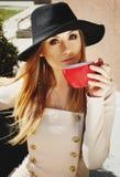 Porträt des trinkenden Kaffees oder des Tees der jungen Schönheit im Freien Lizenzfreies Stockbild