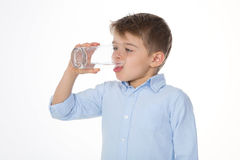 Porträt des trinkenden Kindes Stockfotos