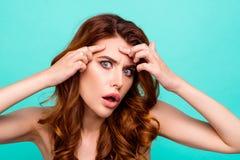 Porträt des Umkippens, frustrierte, enttäuschte, besorgte junge Frau stockbild