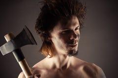 Porträt des unrasierten Mannes mit einer Axt in der Hand Lizenzfreie Stockfotografie