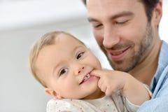 Porträt des Vaters mit seinem Baby Lizenzfreie Stockfotos