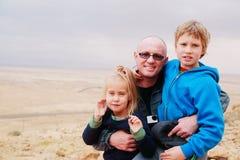 Porträt des Vaters mit zwei Kindern stockfotografie