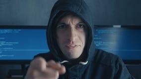 Porträt des verärgerten Hacker-Programmierers schreit und zeigt Angriff beim Arbeiten am Computer Druck an dem Arbeitsplatz stock footage
