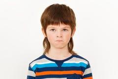 Porträt des verärgerten Jungen mit seinen Lippen geschürzt Lizenzfreie Stockfotos