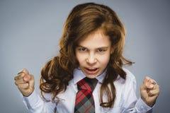 Porträt des verärgerten Mädchens mit Handoben schreien lokalisiert auf grauem Hintergrund Negatives menschliches Gefühl, Gesichts Stockfotos