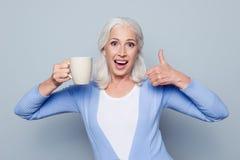 Porträt des verrückten Kaffeeliebhabers Frohe glückliche aufgeregte Großmutter Stockfoto