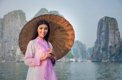 Porträt des vietnamesischen Mädchentrachtenkleids Lizenzfreie Stockfotos