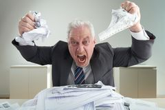 Porträt des wütenden Geschäftsmannes Relieving Stress lizenzfreies stockbild