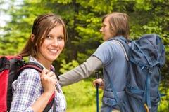 Porträt des Wanderermädchens lächelnd an der Kamera Stockfotografie