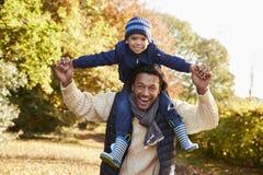 Porträt des Wegs mit Vater-Carrying Son On-Schultern Stockfotos