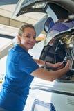 Porträt des weiblichen Aero Ingenieurs Working On Helicopter im Hangar Lizenzfreie Stockbilder