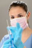 Porträt des weiblichen Arztes Spritze halten lizenzfreies stockfoto