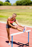 Porträt des weiblichen Athleten aufwärmend im Stadion Stockfoto