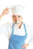 Porträt des weiblichen Chefkoch-Probierenlebensmittels Lizenzfreies Stockbild
