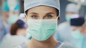 Porträt des weiblichen Chirurgen am Operationsraum stock footage