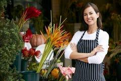 Porträt des weiblichen Floristen Outside Shop lizenzfreie stockfotografie