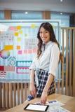 Porträt des weiblichen Grafikdesigners, der digitale Tablette am Schreibtisch verwendet Lizenzfreie Stockfotografie