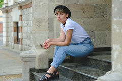 Porträt des weiblichen Hippies mit natürlichem Make-up und kurzem Haarschnitt Freizeit draußen genießend Stockfotografie