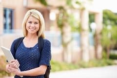 Porträt des weiblichen Hochschulstudenten Outdoors On Campus stockfotos