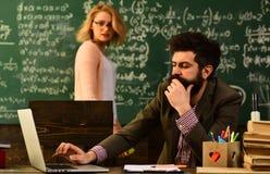 Porträt des weiblichen Lehrers, der modernen Technologielaptop in ihrer Klasse, Sprecher bei der Hochschulsitzung in der Konferen stockfoto