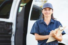 Porträt des weiblichen Lieferungs-Fahrers With Clipboard Stockbilder