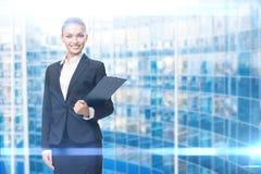 Porträt des weiblichen Managers mit Dokumenten lizenzfreie stockbilder