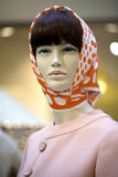 Porträt des weiblichen Mannequins im orange Schal Lizenzfreies Stockbild