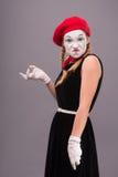 Porträt des weiblichen Pantomimen im roten Kopf und mit Weiß Stockbilder
