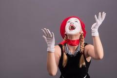 Porträt des weiblichen Pantomimen mit rotem Hut und Weiß Stockfoto