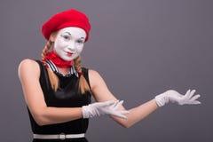 Porträt des weiblichen Pantomimen mit rotem Hut und Weiß Lizenzfreie Stockfotografie