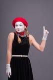 Porträt des weiblichen Pantomimen mit rotem Hut und Weiß Stockfotos