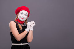 Porträt des weiblichen Pantomimen mit rotem Hut und Weiß Lizenzfreie Stockfotos