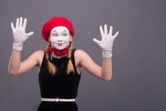 Porträt des weiblichen Pantomimen mit rotem Hut und Weiß Lizenzfreies Stockfoto
