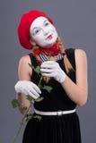 Porträt des weiblichen Pantomimen mit rotem Hut und Weiß Stockbilder